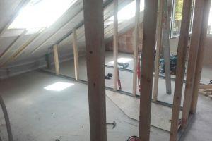 Hier wird das Dach ausgebaut und wir bereiten das Einblasen der Dämmung vor. Gut zu sehen ist die Luftdichtung mit Dampfbremsbahn inklusive Lattung und das Ständerwerk aus STEICO LVL Trockenbaustielen.